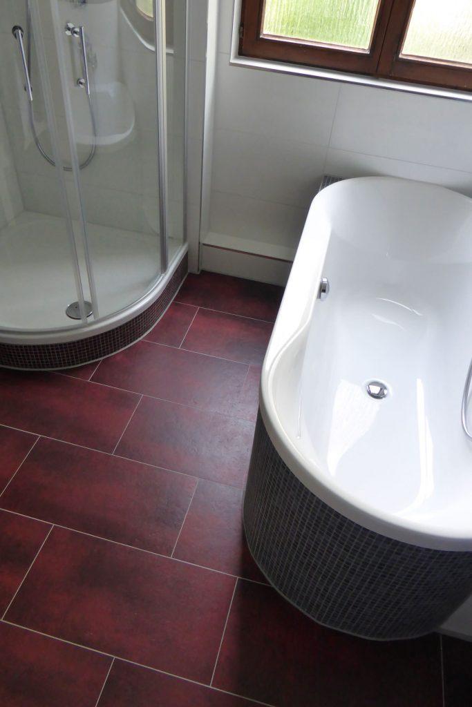 Dusche und Badewanne mit Mosaikverkleidung